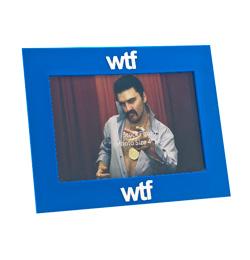 Modrý rám na fotografie s nápisom WTF (what the fuck)